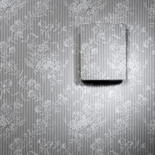 Ukázka dekorativního krytu na převodníku HMW90 - tapeta šedá
