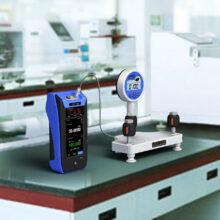 Kalibrátor Additel ADT760 připojený ke stojánku a tlakoměru