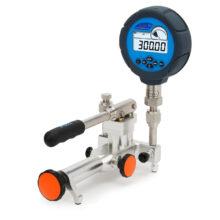 pneumatická pumpa Additel ADT914 s nasazeným převodníkem tlaku